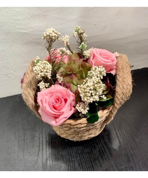 Cesta preservada con rosas rosa y hortensia verde