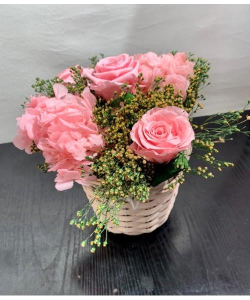 Cesta preservada con rosas rosa y hortensia rosa