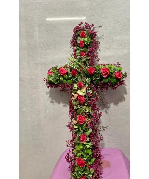 Cruz hortensia y rosas
