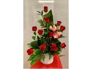 Rosas centro de rosas con canastilla