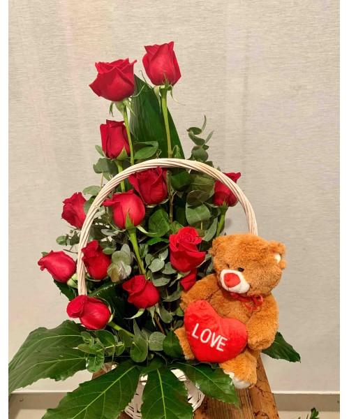 """Amor con Rosas - Canastilla de rosas con oso """"Te Quiero"""""""