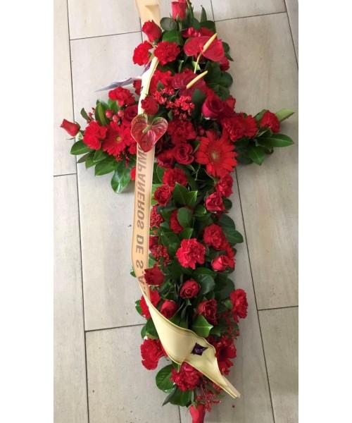 Cruz clavel rojo, gerbera, anthurium y verde
