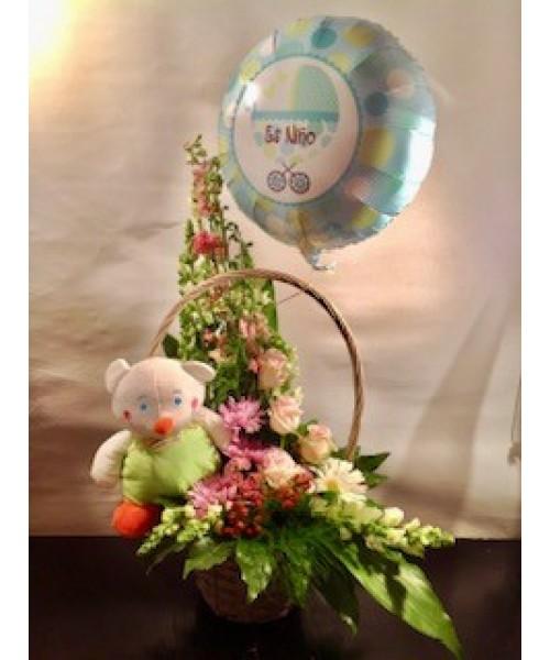 Nacimiento centro flor decorativo con rosas, antirrinum, gerberas y muñeco con globo