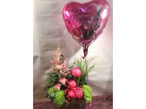 Centro de peonias y rosas con globo