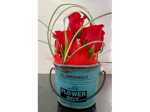 Arreglo de 5 rosas con maceta rústica