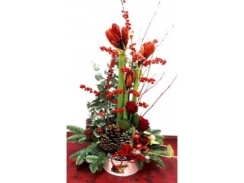 Centro decorativo navideño con amaryllis.