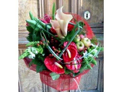 Ramo combinado con flores y frutas