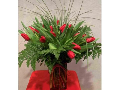 Ramo compuesto por 18 tulipanes con bucaro